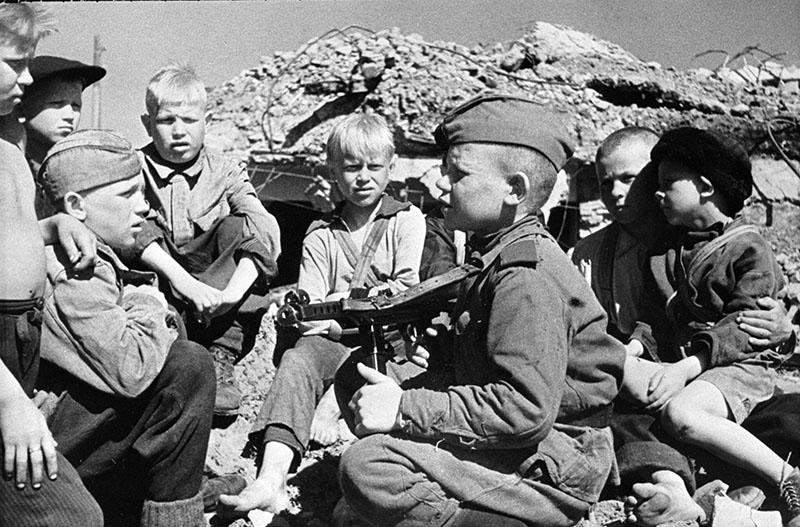 Сын полка со сверстниками-детьми