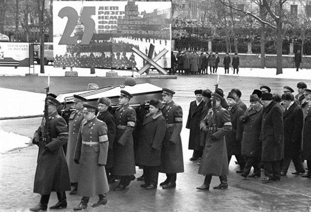 3 декабря 1966 годапогребение в Александровском саду останков Неизвестного солдата