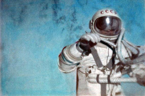 Первый в истории выход человека в открытый космос